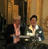 Mme Gaussens recevant le ''Prix coup de coeur'' des mains de Mme Vautrin