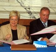 Mme Vautrin et Mr Daubresse signant le protocole © Senioractu.com 2005