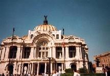 Le maire de Mexico lance un programme de soins des seniors à domicile