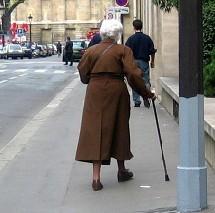 Les chutes de personnes âgées sont moins nombreuses et moins graves en maison de retraite