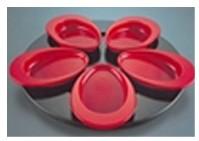 Assiettes conçues avec des appuis pour les doigts pour un maintien plus sûr et fond légèrement incliné pour mieux servir les aliments