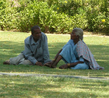 Sexe : les hommes seniors actifs plus tard que les femmes seniors