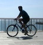 Un groupe de cyclistes seniors fait un mini tour d'Europe à vélo