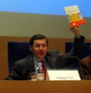 Le ministre Philippe Bas présentant le guide lors du colloque