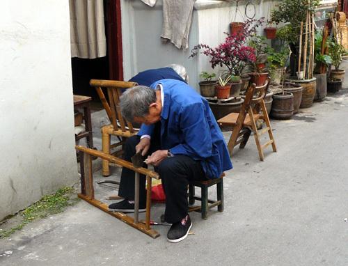 Une personne âgée travaillant dans les rues de Shanghai