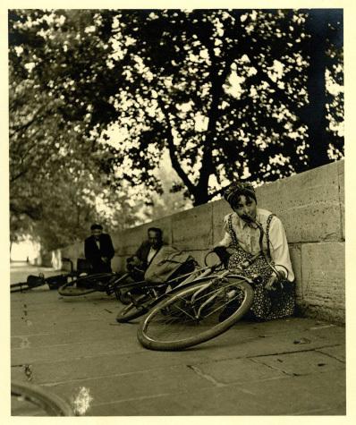 Paris, le 26 aout 1944 : une Parisienne couchée avec son vélo pour éviter les balles d'un tireur isolé (copyright Daniel Maurice Citerne)