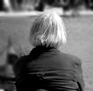 Les femmes seniors souffrent économiquement plus du veuvage que les hommes âgés
