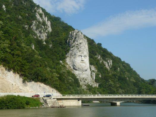 Sculpture du roi Décébal taillée dans la pierre blanche de la falaise