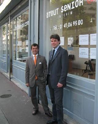 Thomas Trapenard (à gauche) devant le cabinet Atout Senior