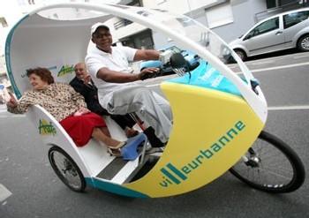 A Villeurbanne, les seniors se déplacent en cyclopousse