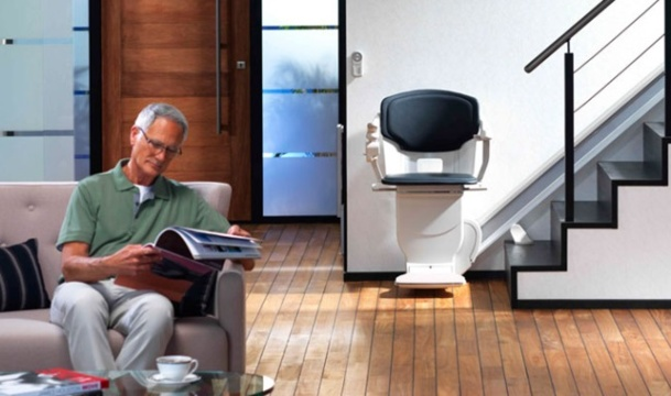 Senior : sécuriser son logement grâce à un monte escalier