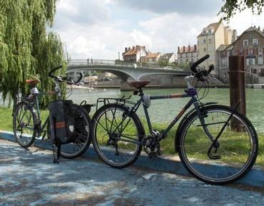 Aieulsdailleurs.org : deux jeunes réalisent un tour du monde à vélo à la découverte des seniors