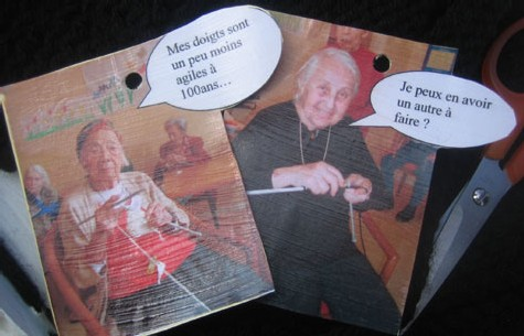Des grands-mères tricotent pour la Journée mondiale du tricot