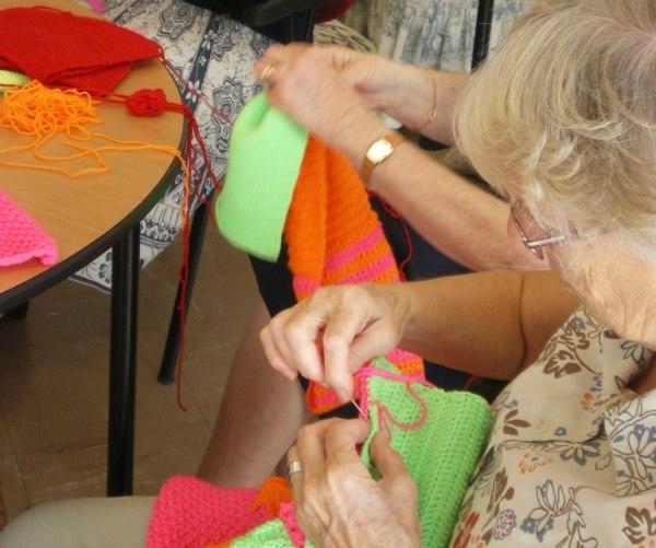 Suresnes : une œuvre d'art tricotée par des seniors