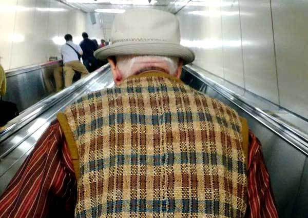 Un Japonais senior dans le métro de Tokyo