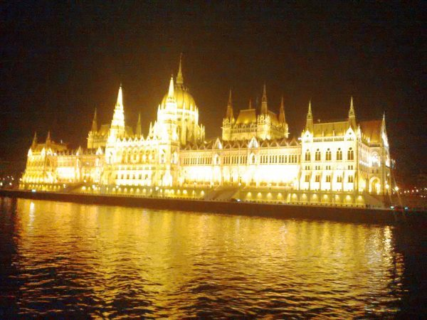 Budapest, le Parlement by-night