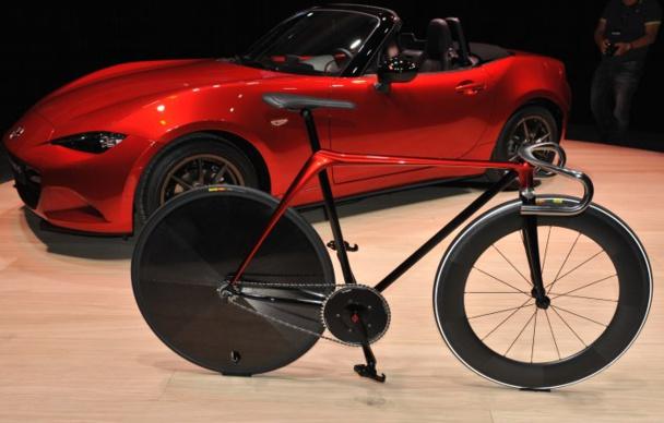 Le vélo présenté aux cotés du nouveau cabriolet Mazda