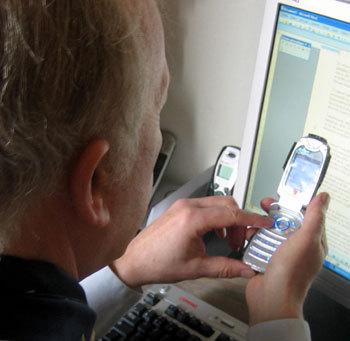 Des jeunes apprennent aux adultes et aux seniors à se servir d'un téléphone mobile