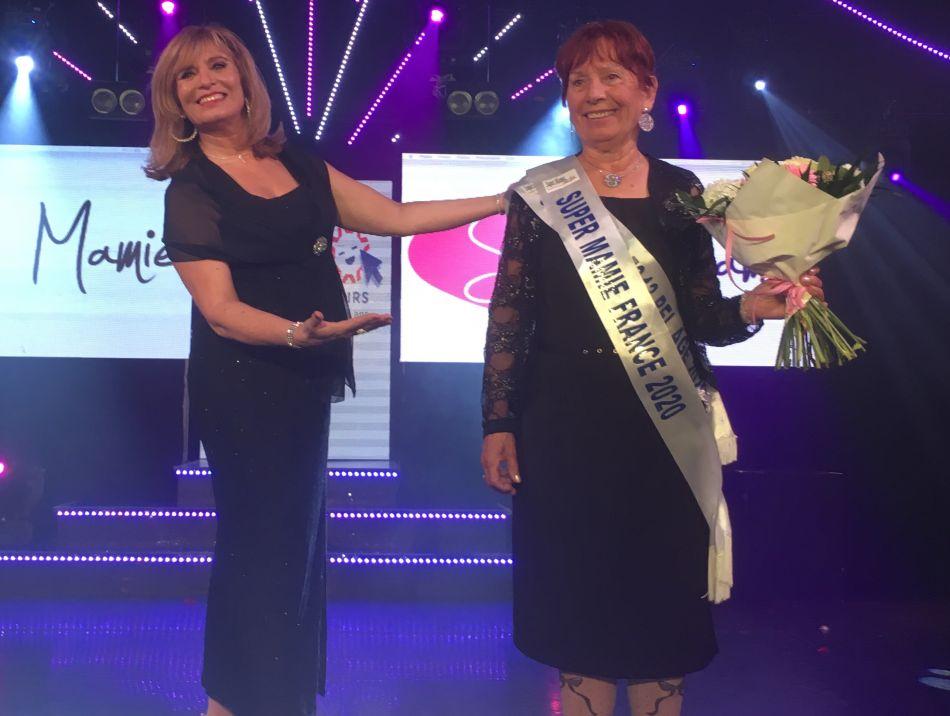 Super Mamie France 2020 et Fabienne Ollier, la créatrice du concours qui lui a remis son écharpe.