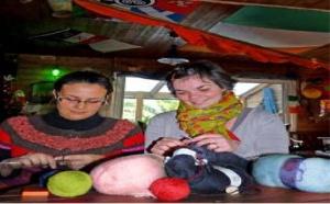 Chez Mamm Kounifl : un café-tricot intergénération dans le Morbihan